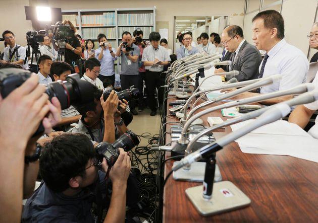 記者会見に応じる岡口基一判事(右)ら。懲戒を決める「分限裁判」の手続きが最高裁で開かれた=2018年9月、東京・霞が関の司法記者クラブ