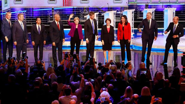 From left, New York City Mayor Bill de Blasio, Rep. Tim Ryan, D-Ohio, former Housing and Urban Development Secretary Julian Castro, Sen. Cory Booker, D-N.J., Sen. Elizabeth Warren, D-Mass., former Texas Rep. Beto O'Rourke, Sen. Amy Klobuchar, D-Minn., Rep. Tulsi Gabbard, D-Hawaii, Washington Gov. Jay Inslee, and former Maryland Rep. John Delaney pose for a photo on stage before the start of a Democratic primary debate hosted by NBC News at the Adrienne Arsht Center for the Performing Arts, Wednesday, June 26, 2019, in Miami. (AP Photo/Wilfredo Lee)