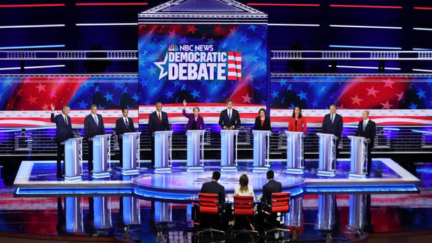 MIAMI, FLORIDA - JUNE 26: Democratic presidential candidates New York City Mayor Bill De Blasio (L-R), Rep. Tim Ryan (D-OH), former housing secretary Julian Castro, Sen. Cory Booker (D-NJ), Sen. Elizabeth Warren (D-MA), former Texas congressman Beto O'Rourke, Sen. Amy Klobuchar (D-MN), Rep. Tulsi Gabbard (D-HI), Washington Gov. Jay Inslee, and former Maryland congressman John Delaney take part in the first night of the Democratic presidential debate on June 26, 2019 in Miami, Florida.  A field of 20 Democratic presidential candidates was split into two groups of 10 for the first debate of the 2020 election, taking place over two nights at Knight Concert Hall of the Adrienne Arsht Center for the Performing Arts of Miami-Dade County, hosted by NBC News, MSNBC, and Telemundo. (Photo by Joe Raedle/Getty Images)
