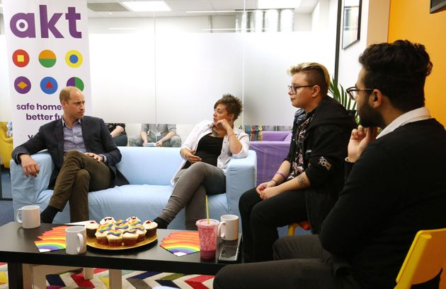 AKTの若者たちと会話をし、彼らが抱える問題について学ぶウィリアム王子