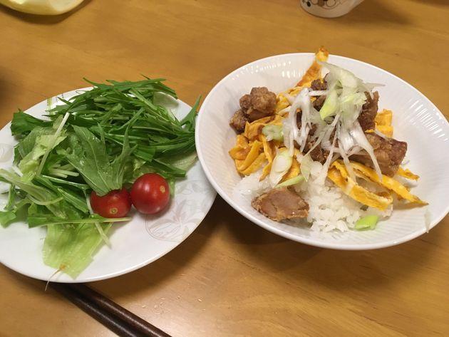 この日のメニューはサラダと唐揚げ丼。ここにタレを回しかけて食べる。初めての味に、子どもたちも箸がすすんだ。