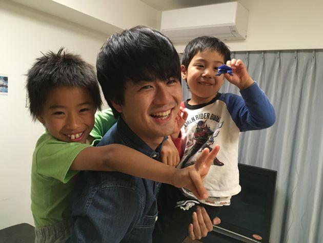 松田くんにおんぶと抱っこで嬉しそうな子どもたち