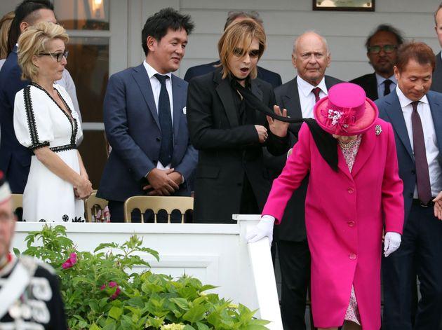 X JAPAN 요시키가 엘리자베스 여왕과의 만남에서 당황스러운 표정 지은