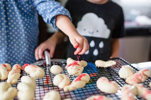 10 attività Montessori in cucina. Come aiutare tuo figlio a crescere usando i