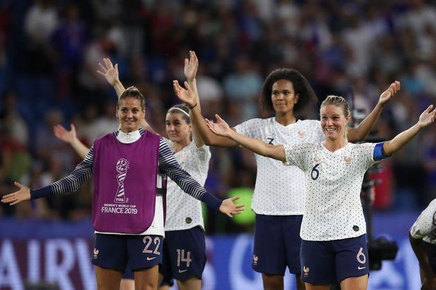 Les Bleues célébrant avec le public du Havre leur victoire face au Brésil lors du...