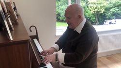Ανδρας με άνοια έπαιξε το τραγούδι που είχε γράψει για τον γιο του δεκαετίες