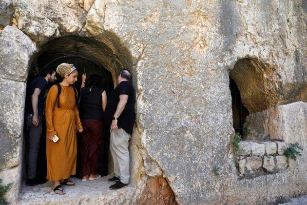 Des visiteurs photographiés dans le Tombeau des rois à Jérusalem, rouvert après...