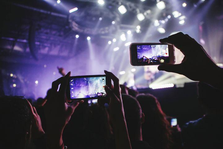 L'usage des cellulaires empiète sur notre expérience de festivals.
