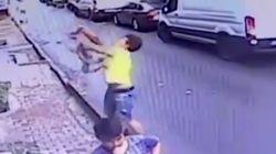 """「彼こそまさに勇敢なヒーローだ」17歳の少年が女の子の命を救った""""スーパーキャッチ""""に賞賛。トルコの住宅街"""