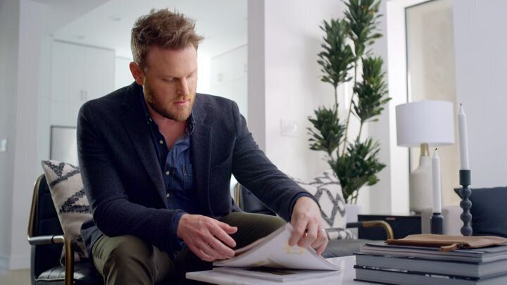 バーク氏がロサンゼルスの新居で整理整頓する様子(Adobe提供)