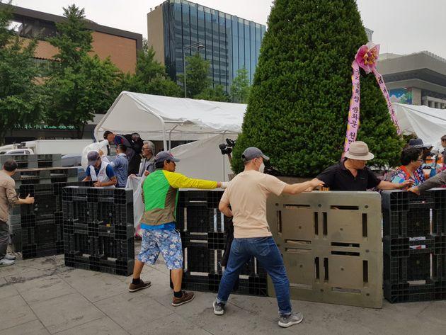 28일 오전 우리공화당 측이 농성장 이동을 위해 서울 광화문광장에 설치된 천막을 해체하고