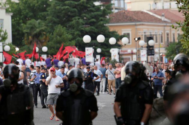 Αλβανία: Πυρπολήσεις εκλογικών τμημάτων και εκτεταμένες συγκρούσεις λίγο πριν τις
