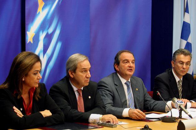 Κεντρικός «παίκτης» στην κυβέρνηση του Κώστα Καραμανλή, εδώ ο Θόδωρος Ρουσόπουλος μαζί με τον πρώην πρωθυπουργό, την Ντόρα Μπακογιάννη και τον Γιώργο Αλογοσκούφη.