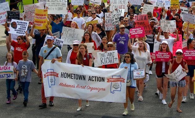 Des manifestants des droits des femmes ont défilé dans la capitale de l'Alabama pour protester...