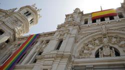 El Ayuntamiento de Madrid desplaza la bandera LGTBi a un