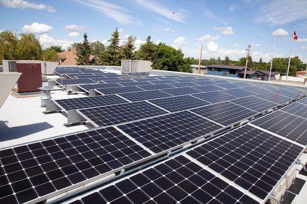 Des panneaux solaires sont installés sur les toits des neuf édifices municipaux au coeur...