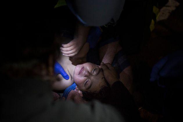 Un grupo de sanitarios trata de reanimar a una niña, después de que se barco naufragara...