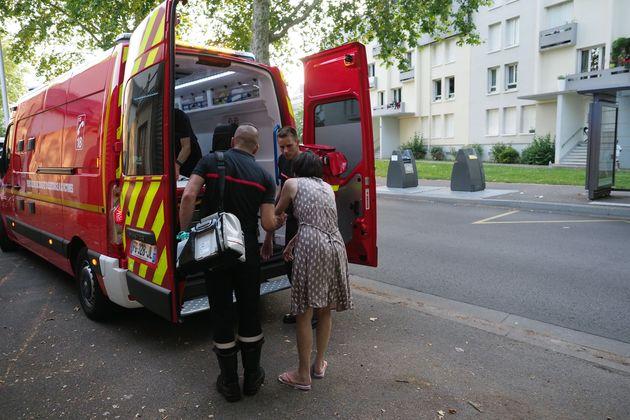 27일 프랑스 중부 투르에서 소방관들이 더위에 따른 고통을 호소하는 시민을 후송하고