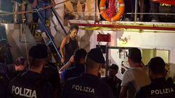 La capitaine du Sea-Watch arrêtée et huée après avoir accosté de force à