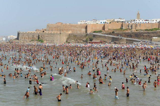 Des baigneurs sur la plage de
