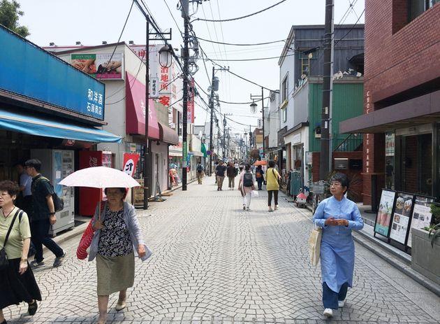 面白法人カヤックの本社がある鎌倉市内の御成通り。多くの人で賑わっていた