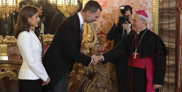 Renzo Fratini, a la derecha, saludando al rey Felipe y a la reina