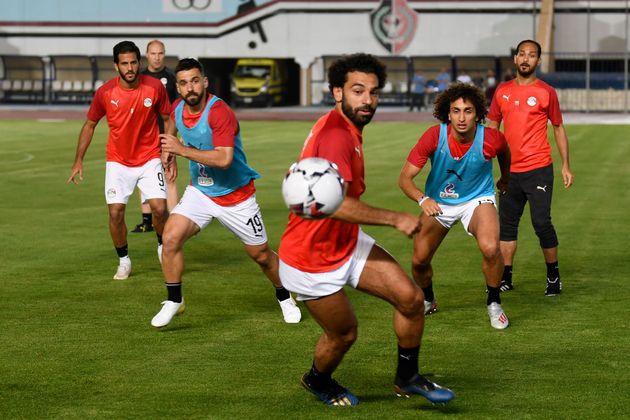 Mohamed Salah, au centre, avec Amr Warda, à droite au deuxième plan, lors d'une session...