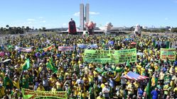 Com super-homem inflável de Moro, manifestantes vão às ruas para defender ministro e Lava