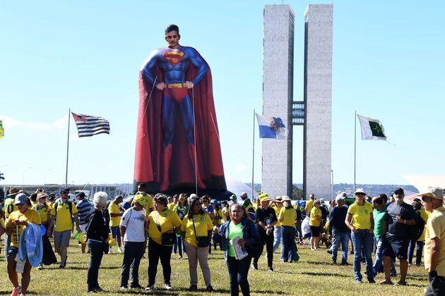 Sérgio Moro é representado como herói pelos manifestantes em