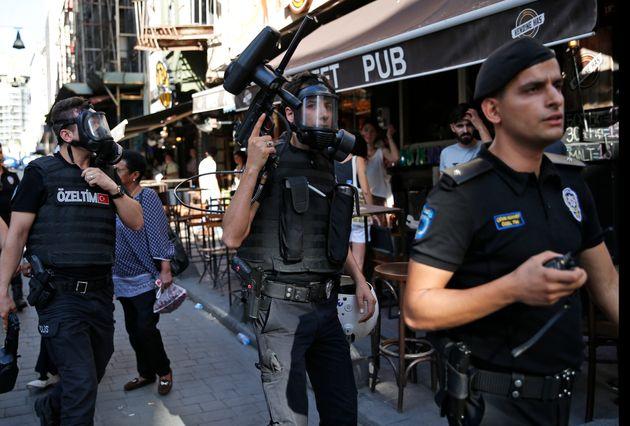 Δακρυγόνα και χρήση βίας κατά τη διάρκεια της Πορείας Υπερηφάνειας στην