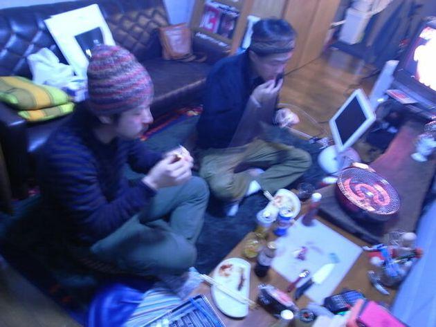 無職仲間と狭いワンルームマンションで何かを焼いて食べる
