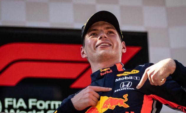 オーストリアGPの表彰台でホンダのロゴを指し示すマックス・フェルスタッペン選手