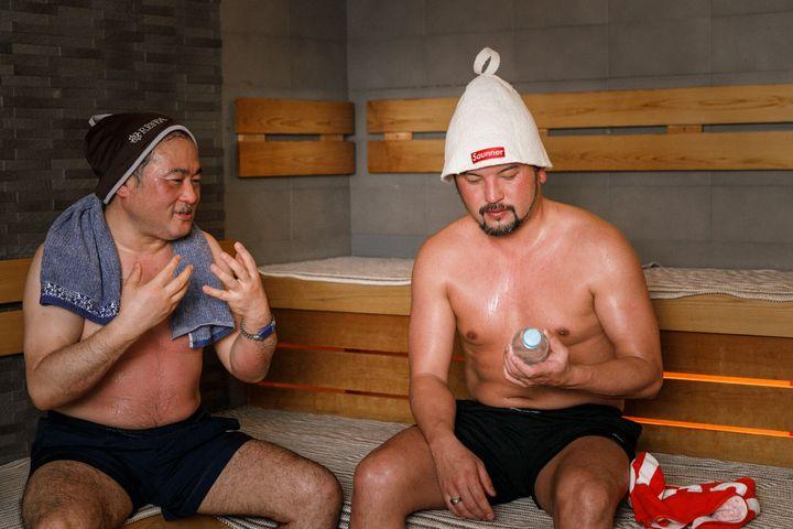 (左)温浴と健康について研究している医学博士・一石英一郎氏。(右)普段は経営者として働きながら、サウナの楽しさを伝える通称「サウナ師匠」こと秋山大輔氏。