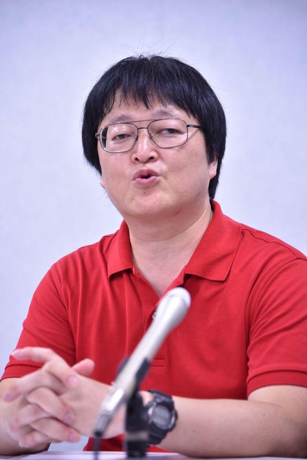 提訴後、記者会見する中正司光幸さん=大阪地裁