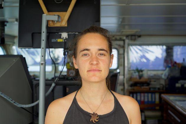 La capitana Carola Rackete, en su barco, poco antes de ser