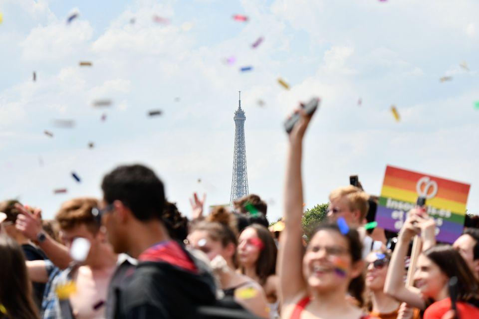 Parada LGBT em Paris foca em direitos de reprodução assistida para todas as