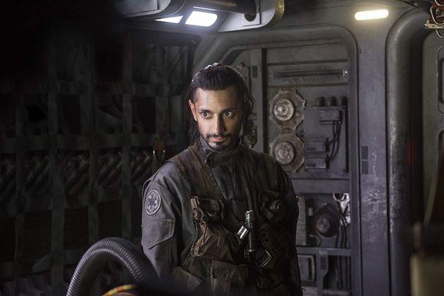 O ator britânico Riz Ahmed comoBodhi Rook, no filmeRogue One - Uma História...