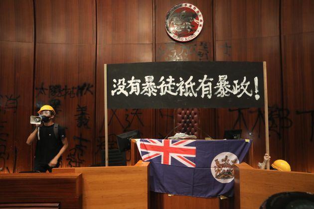 A Hong Kong i manifestanti entrano nel Parlamento. Sventola la bandiera coloniale sul