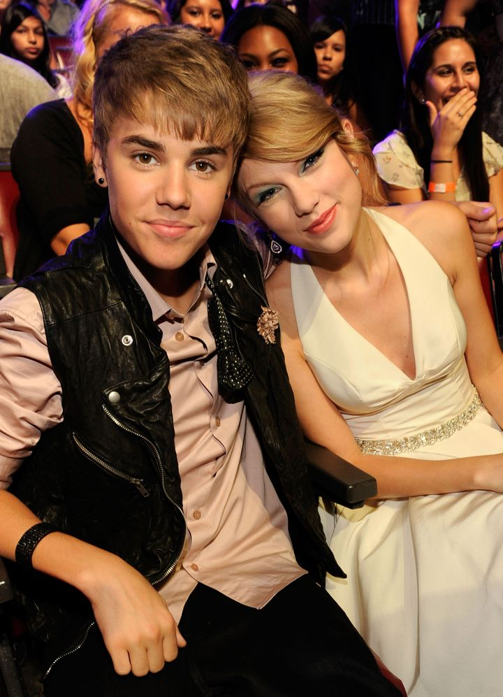 Justin Bieber and Taylor Swift attend the 2011 Teen Choice Awards at Gibson Universal Amphitheatre on August 7, 2011 in Unive