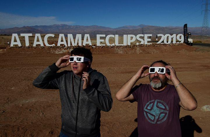 Chilenos se preparam para assistir ao eclipse solar total nesta terça-feira.