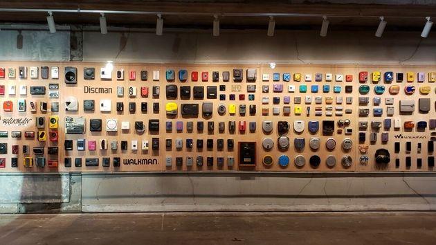 地下4階の「Walkman Wall」 歴代ウォークマンが壁一面に展示