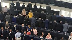 Debutto con oltraggio: deputati euroscettici girano le spalle durante inno