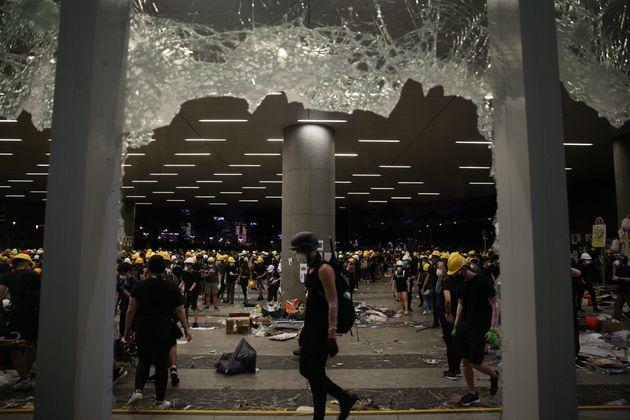 Cristales rotos en el Parlamento de Hong Kong,