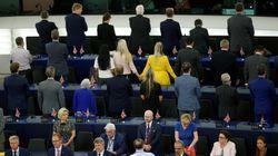 Los eurodiputados a favor del Brexit se ponen de espaldas al sonar el