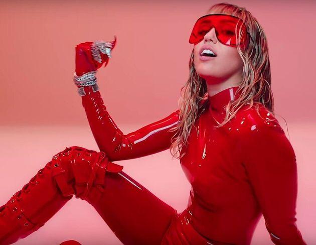 """Com um refrão """"don't fuck with my freedom"""", Miley Cyrus mostra seus"""