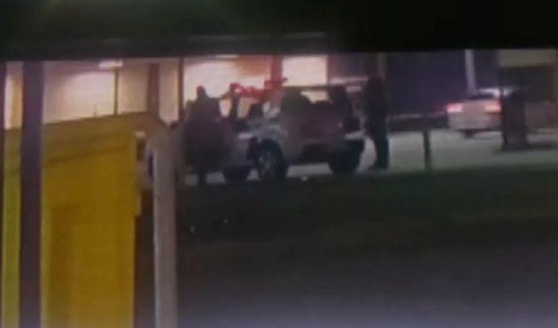 Vídeo mostra que PM entrou pela porta de trás em veículo com