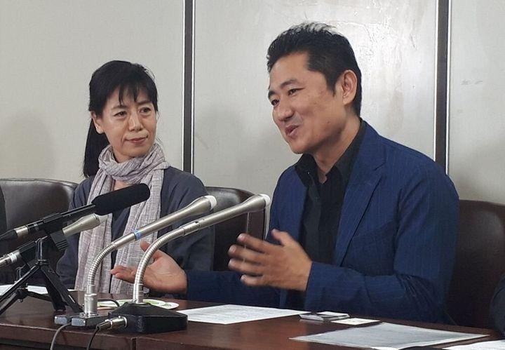 提訴時の記者会見で話す想田和弘さん(右)と柏木規与子さん