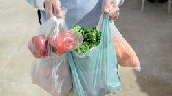 Μειώνονται οι λεπτές πλαστικές σακούλες, αλλά δεν μειώνεται η εξάρτησή μας από το