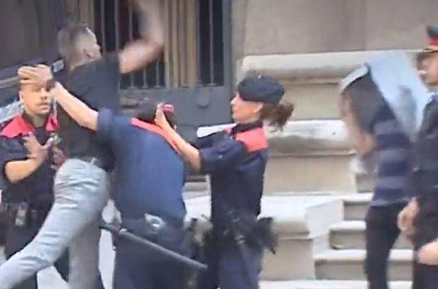 Un tío de la víctima de la violación múltiple de Manresa intenta agredir a los