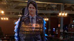 Une piñata de Trudeau dans un bar albertain pour la fête du